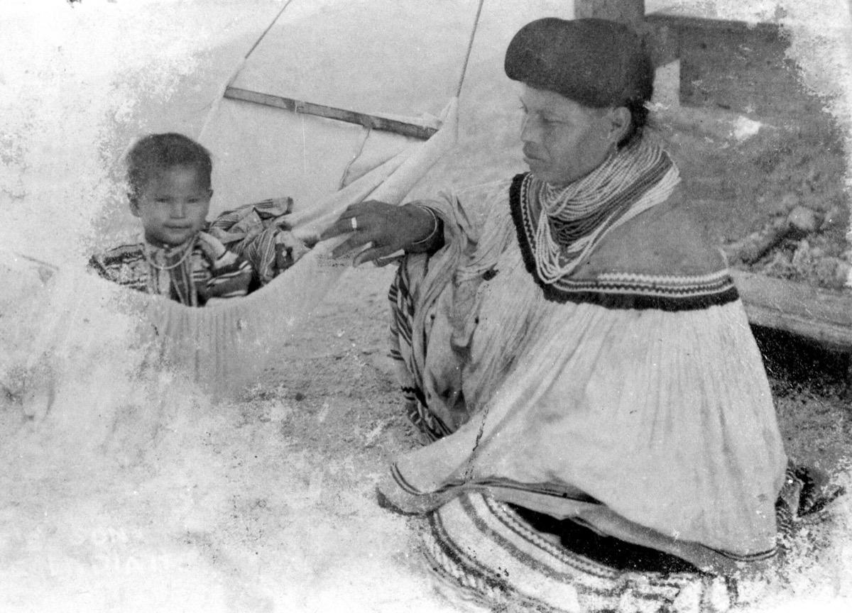 1930 - Matka z kmene Miccosukee houpá své dítě v houpací síti.