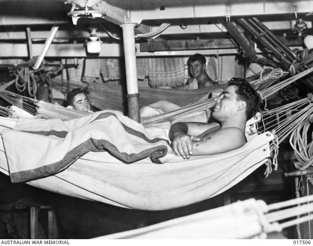 Část posádky HMAS Nepál v houpacích sítích, když se loď blíží australskému přístavu – 29. srpna 1944. Australian War Memorial Archive