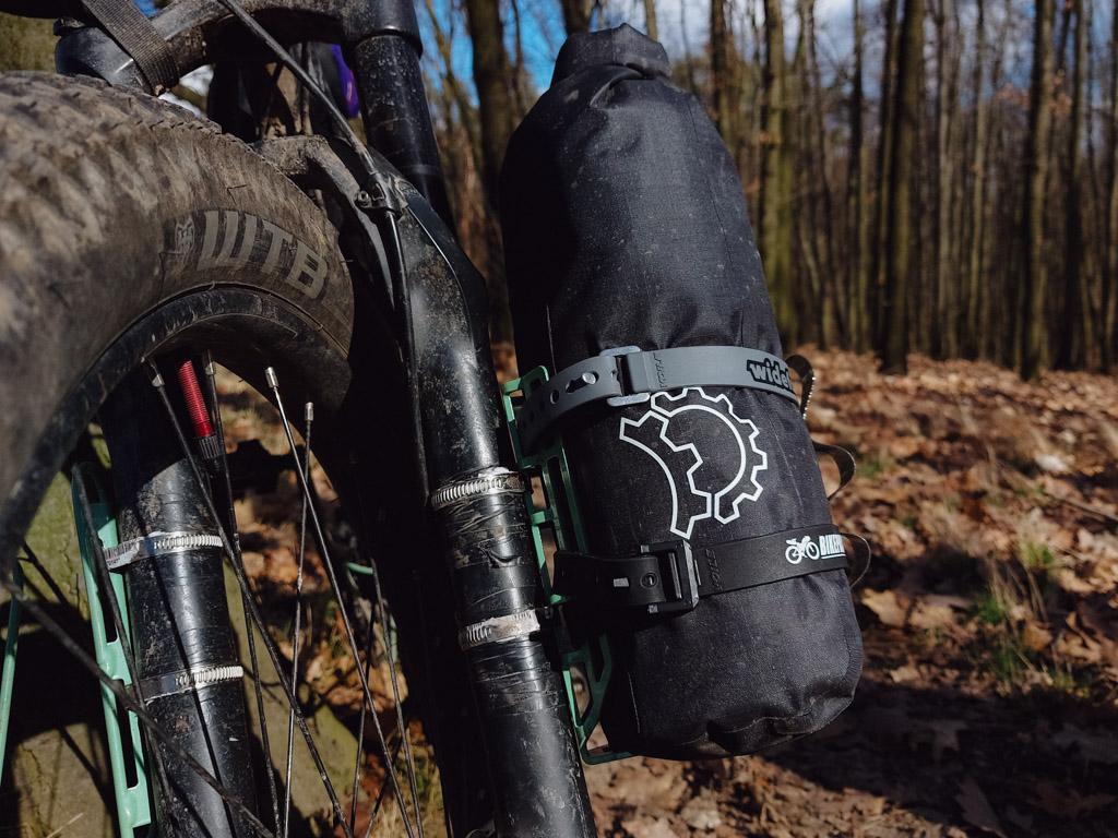 Widefoot CargoMount v plné polní s umístěnou dry bag brašnou