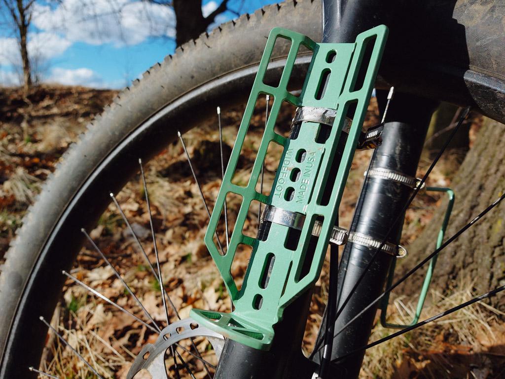 Widefoot CargoMount uchycený k vidlici pomocí hadicových spon.